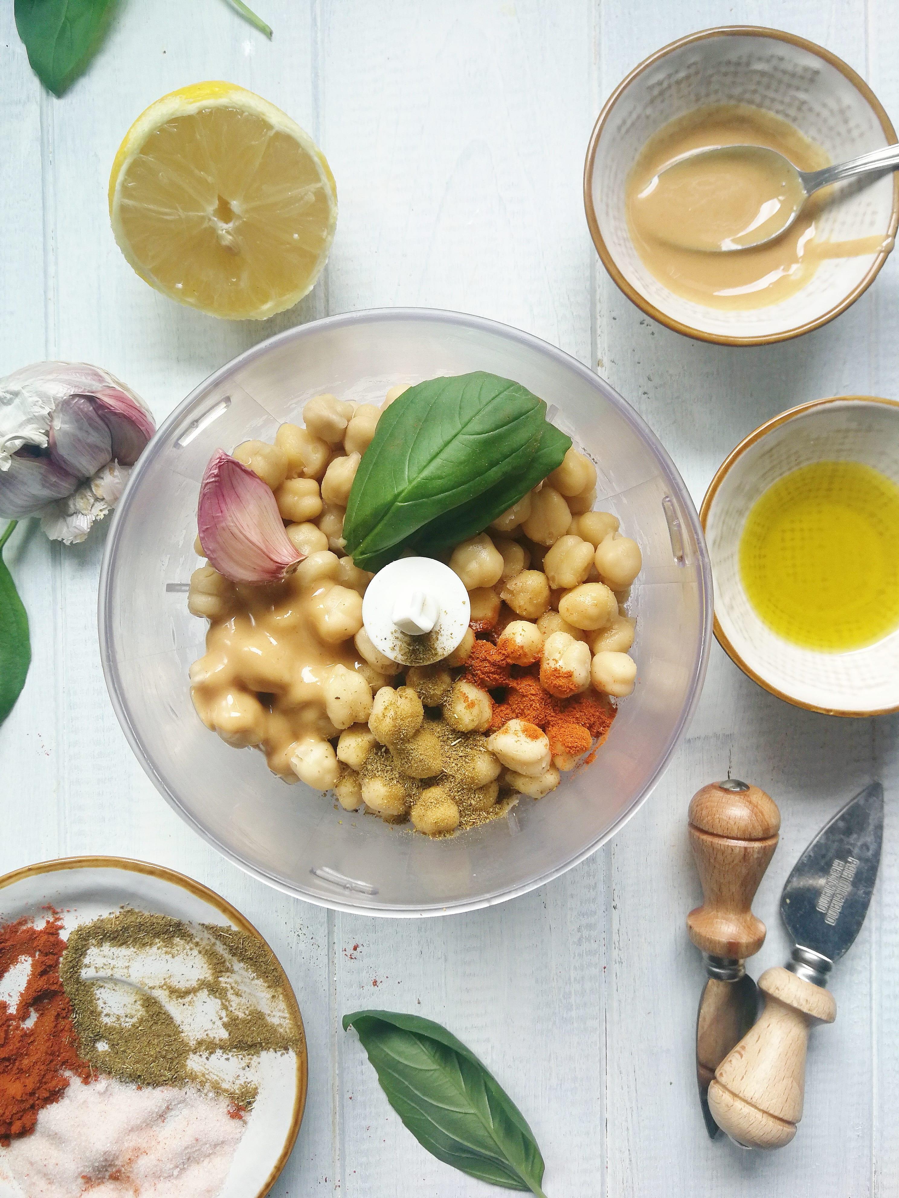 Preparación hummus de albahaca
